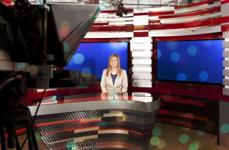 演播室的一位电视女主持人 免版税库存图片