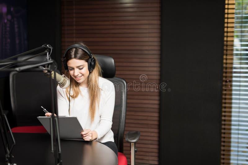 演播室的西班牙女性无线电赠送者 库存图片