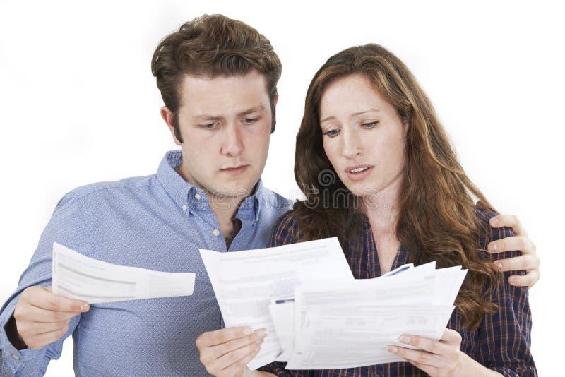 演播室看票据的被射击担心的夫妇 免版税图库摄影