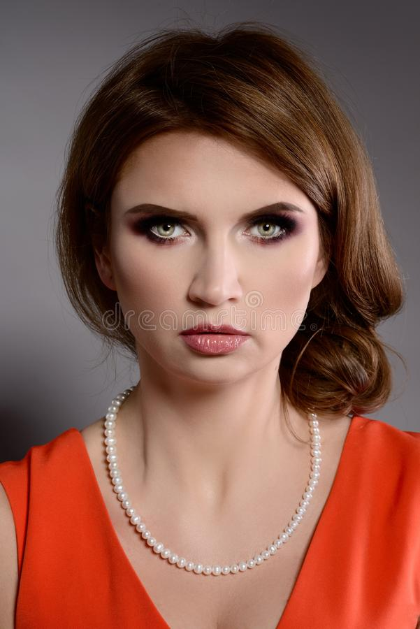 演播室秀丽射击了有白色珍珠项链的妇女 库存照片