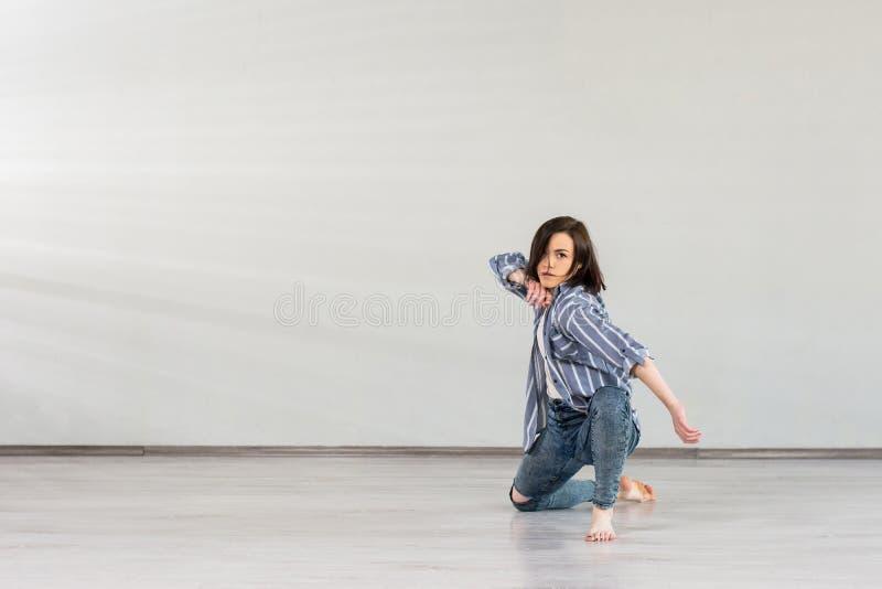 演播室背景的霹雳舞女孩 库存图片