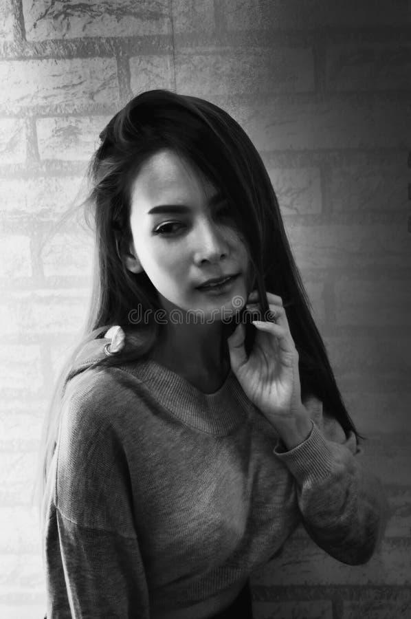演播室被射击年轻亚裔妇女,黑背景,看起来迷住垂直,黑白概念的亚裔女孩 免版税库存图片