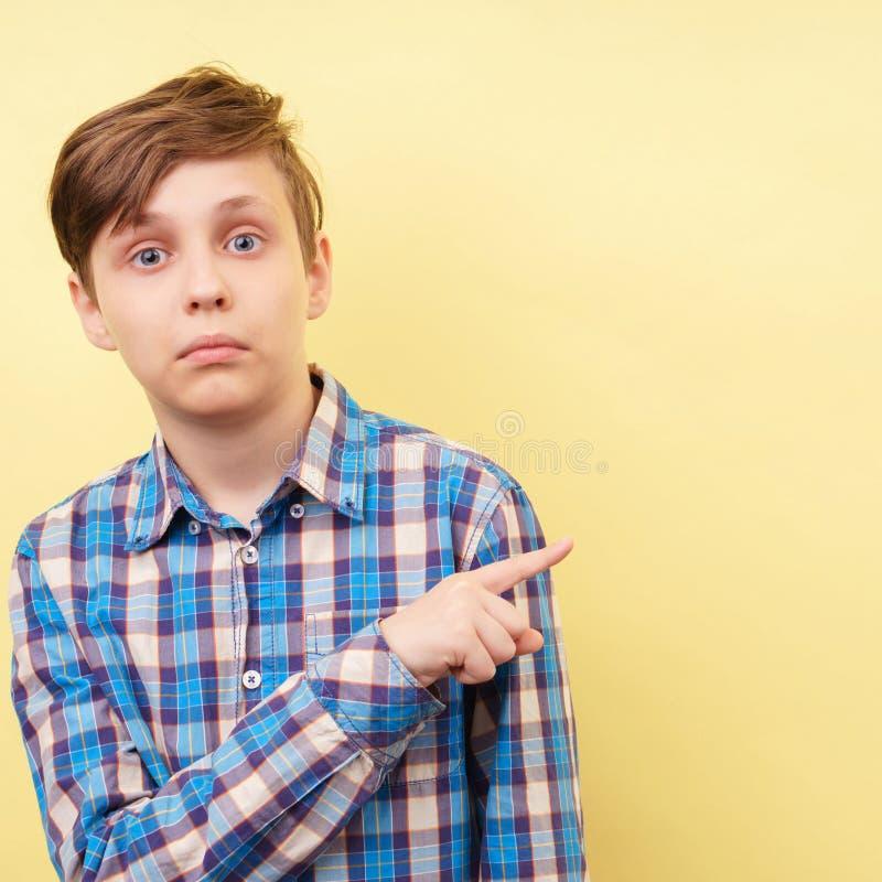演播室被射击有惊奇的面孔表示的男孩 免版税库存照片