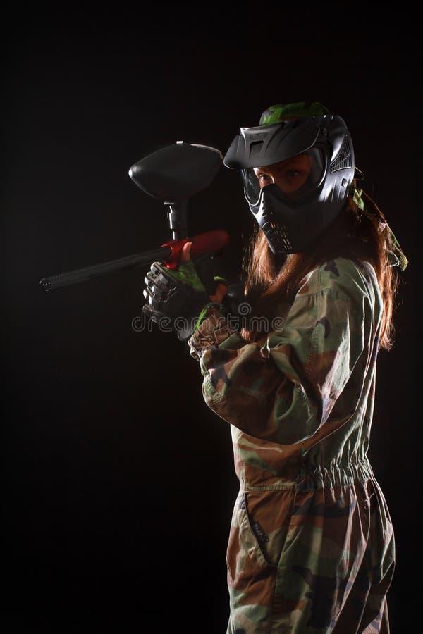 演播室被射击女子迷彩漆弹运动球员 免版税库存照片