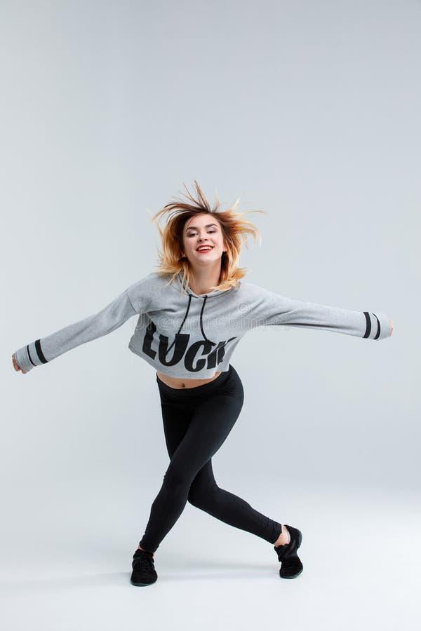 演播室跳舞的女孩,隔绝在白色背景 免版税库存照片