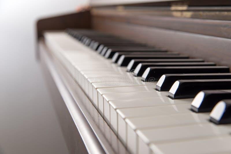 演播室钢琴的钥匙的特写镜头 免版税库存照片