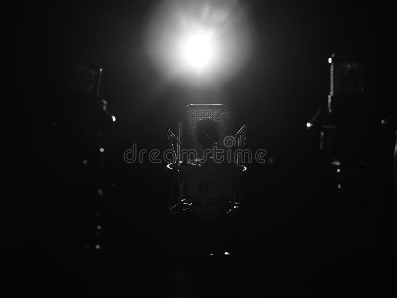 演播室音乐话筒关闭在录音演播室 免版税库存照片