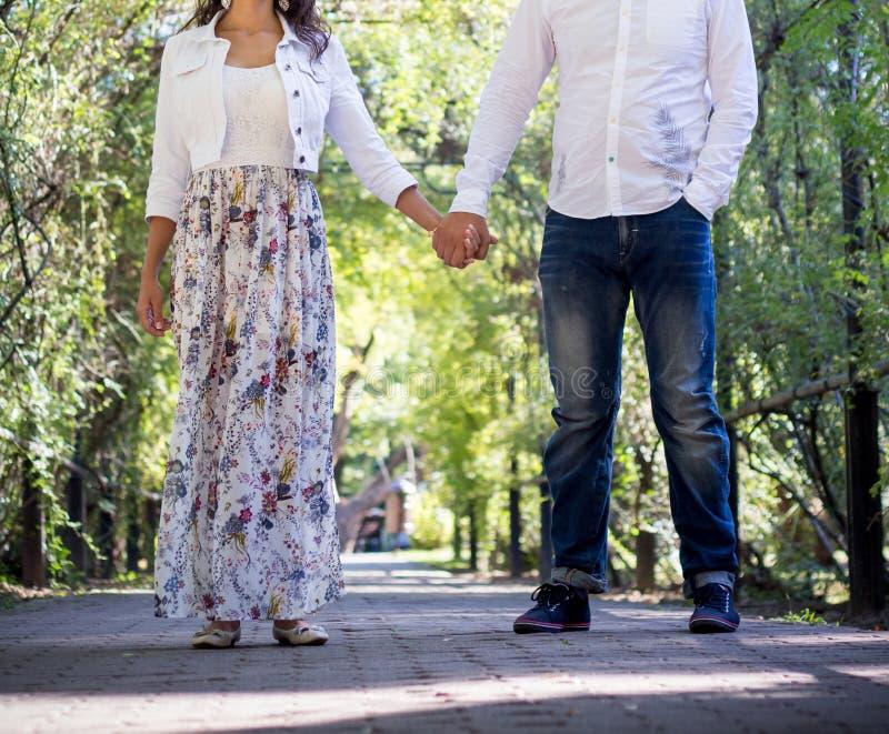 漫步在公园的年轻夫妇 库存图片