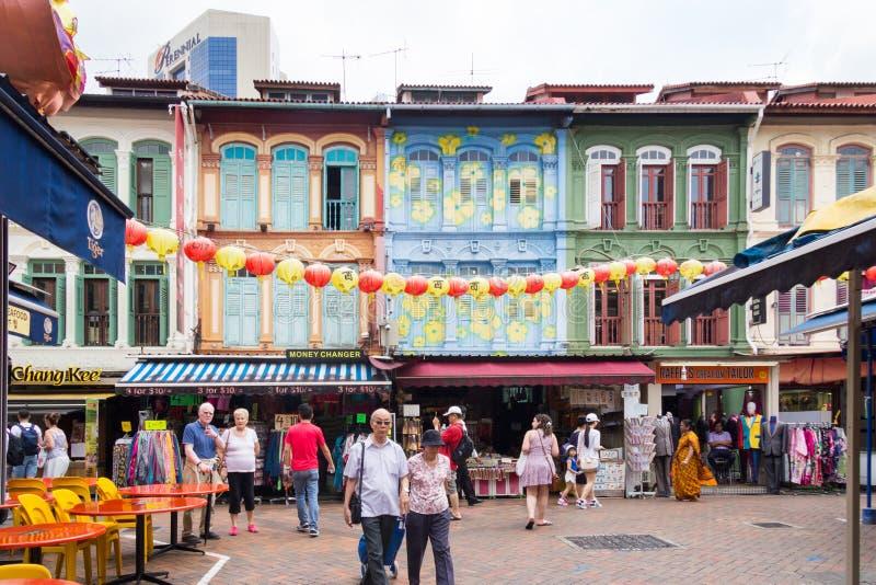 漫步在塔街道附近的游人在唐人街,新加坡 免版税库存照片