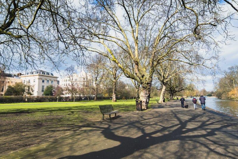 漫步在摄政的` s的人们在一个晴朗的春天下午停放 免版税图库摄影