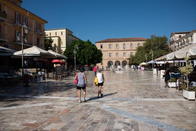 漫步在结构体正方形的人们在纳夫普利翁,希腊 图库摄影