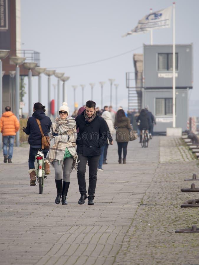 漫步在Larsens Plads,哥本哈根的人们 免版税库存图片
