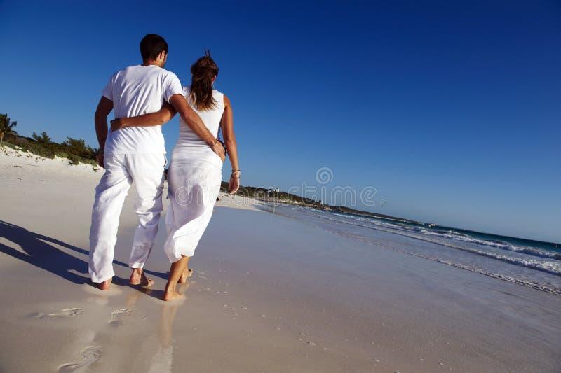 漫步海滩的夫妇 免版税图库摄影