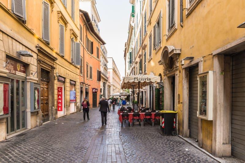 漫步罗马的街道游人 库存照片