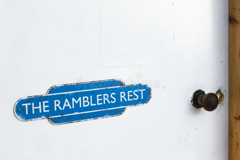 漫步者步行者的休息室在白色天气橡木门困厄的油漆签字 库存照片
