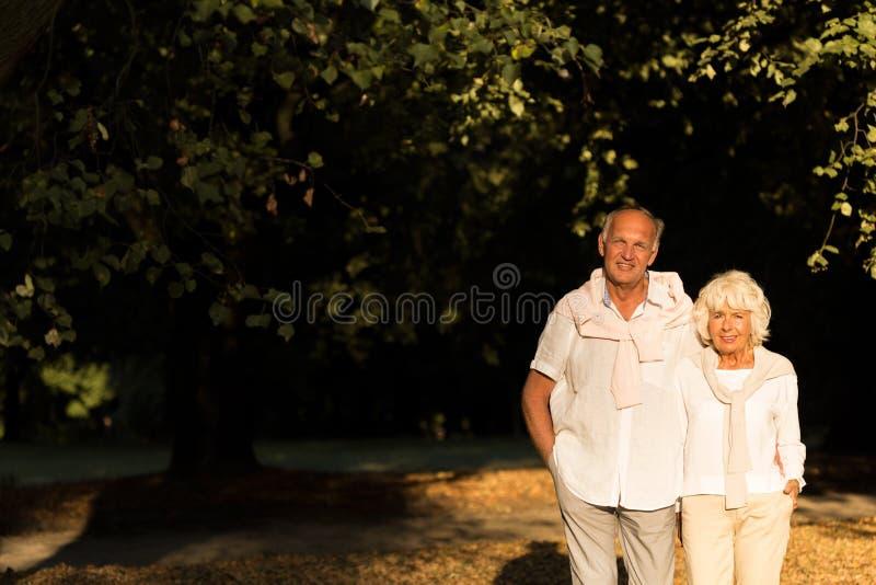 漫步更旧的夫妇 库存图片