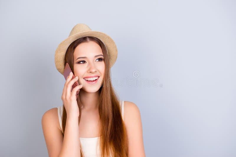 漫游和通信概念 a的年轻逗人喜爱的白肤金发的游人 免版税库存图片