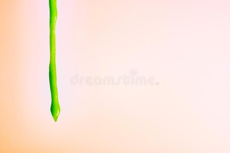 漫过五颜六色的背景的抽象绿色液体 免版税库存照片