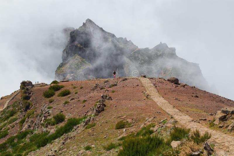 漫过山的云彩在马德拉岛海岛,葡萄牙,山峰Pico做Arieiro 免版税库存图片