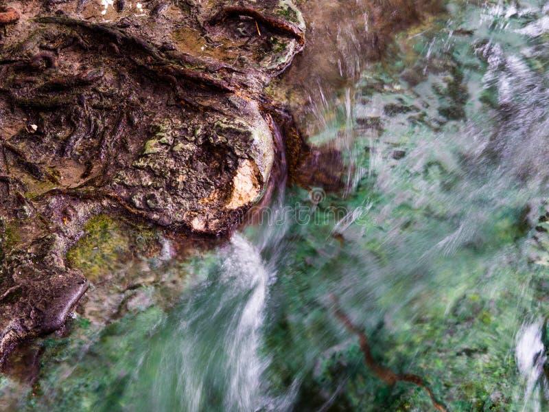 漫过岩石的水在鲜绿色水池Sra Morakot在甲米府,泰国 库存图片
