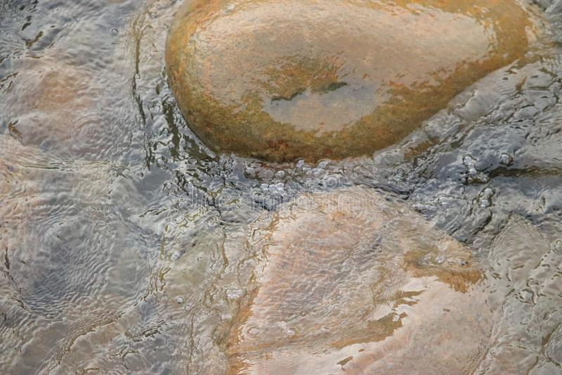 漫过石瀑布喀拉拉的水 库存图片
