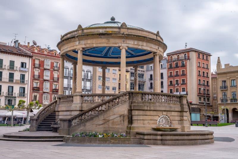 潘普洛纳,Navarra,西班牙:- 2019年5月02日:Plaza del的潘普洛纳旁边图象卡斯蒂略您能看到大厦形成它 免版税库存照片