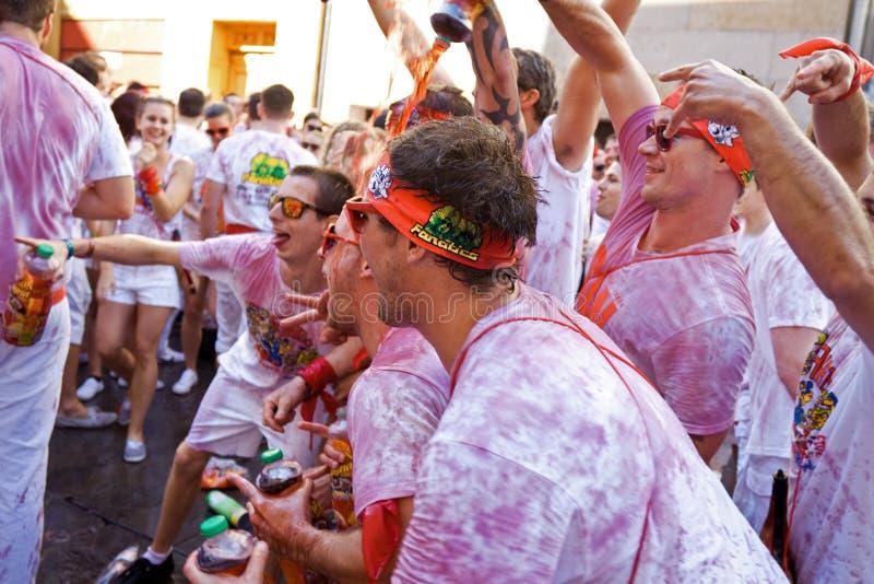 潘普洛纳,西班牙- 7月6 :人们倾吐在其他酒在openi 库存照片
