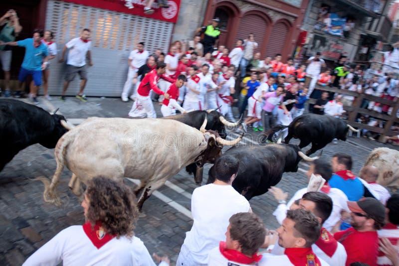 潘普洛纳,西班牙- 7月8 :从在stre的公牛跑的未认出的人 免版税库存图片