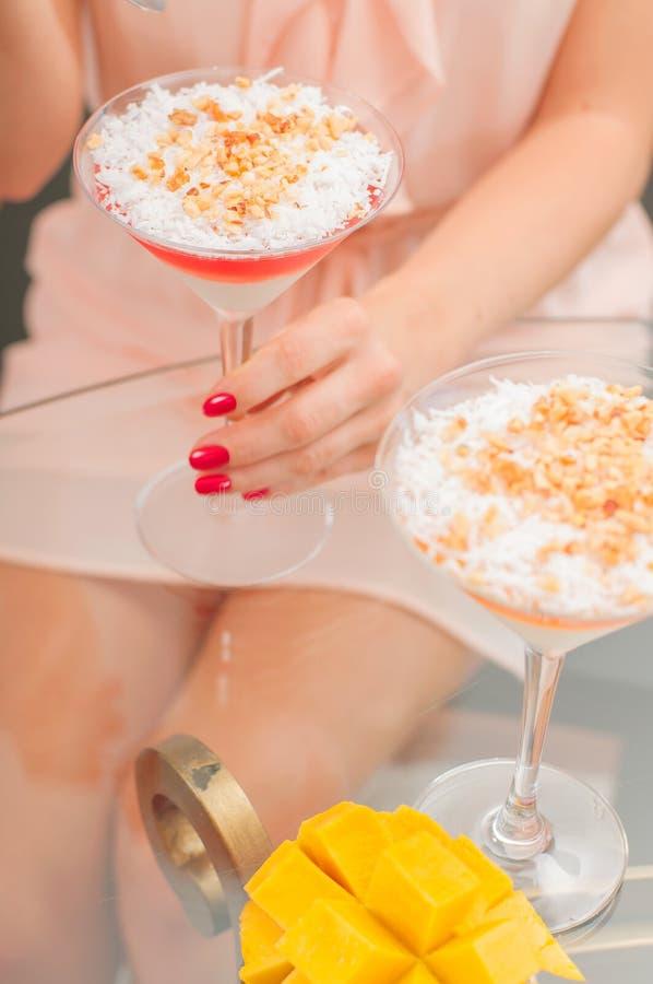 潘纳与果冻的陶砖点心 吃点心的妇女 免版税图库摄影