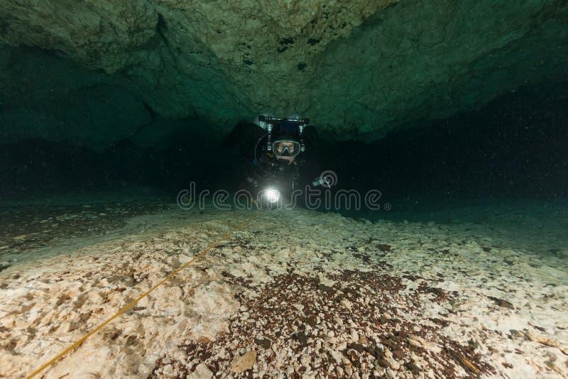 潜水者水下的洞潜水的佛罗里达杰克逊蓝色洞美国 图库摄影