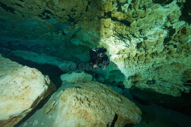潜水者水下的洞潜水的Ginnie反弹佛罗里达美国 图库摄影