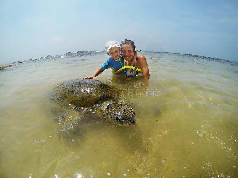 潜航与乌龟的家庭 免版税库存图片