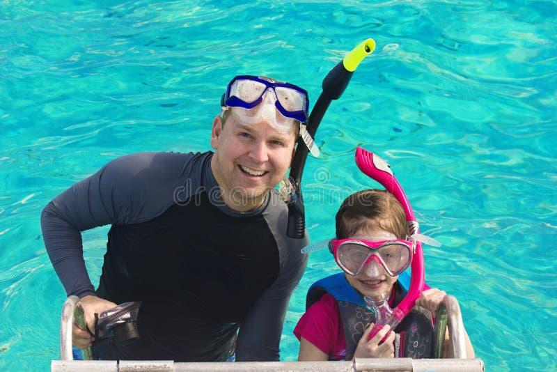 潜航在加勒比的父亲和女儿 库存图片