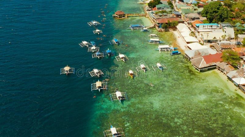 潜航在珊瑚礁,莫阿拉岛,菲律宾的游人 库存照片