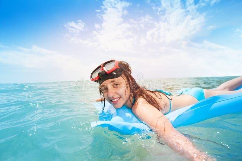 潜航在matrass的逗人喜爱的青少年的女孩在海 库存图片