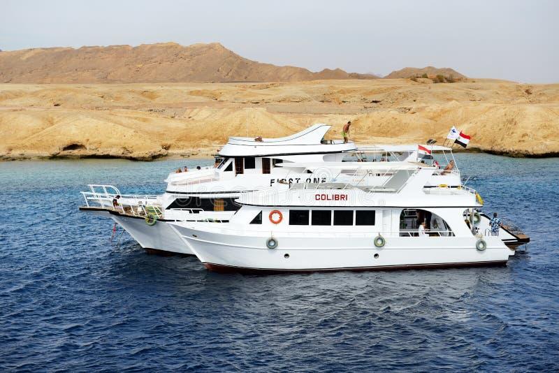 潜航的游人和马达游艇在红海在Ras穆罕默德国家公园 库存照片
