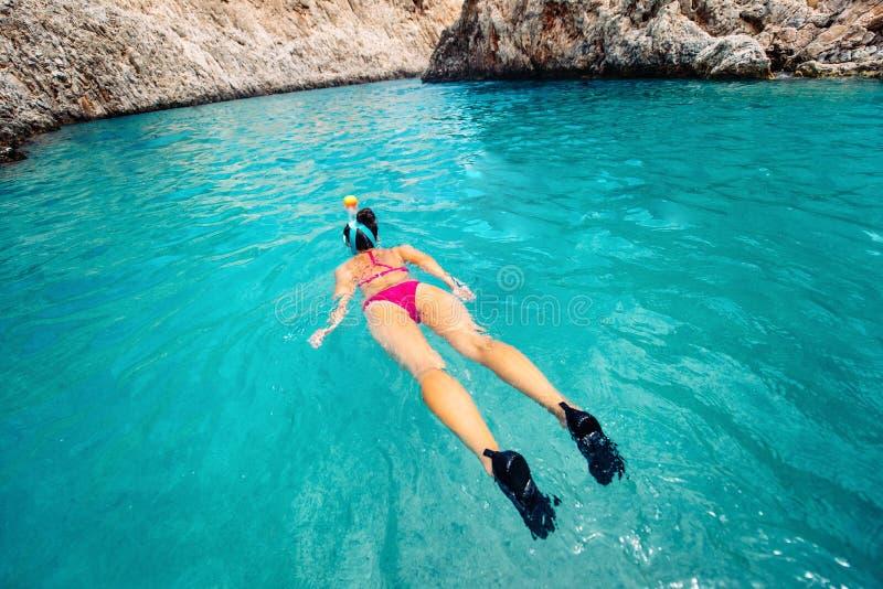 潜航的细节,看珊瑚礁的妇女在热带海岛 库存照片