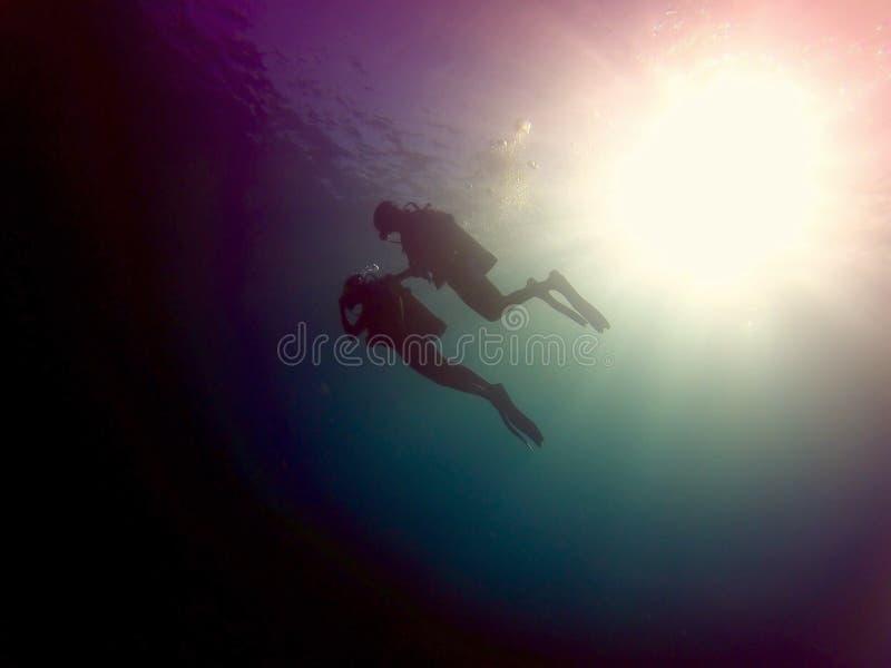 潜水入深的轻潜水员 免版税库存照片