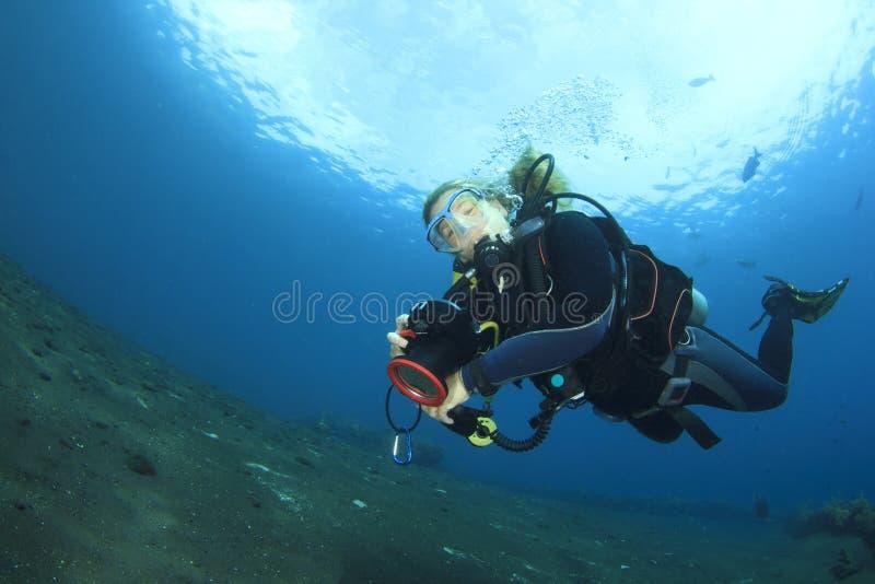 轻潜水员探索珊瑚礁 库存照片