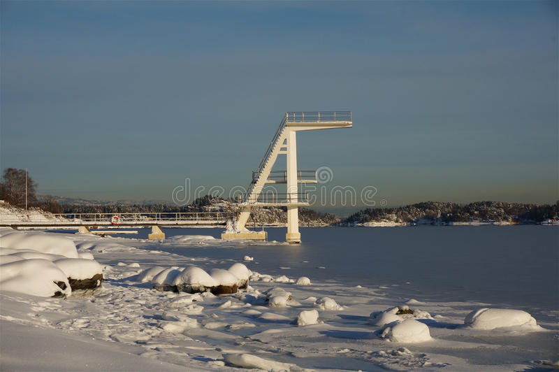 潜水塔在冬天 免版税库存图片