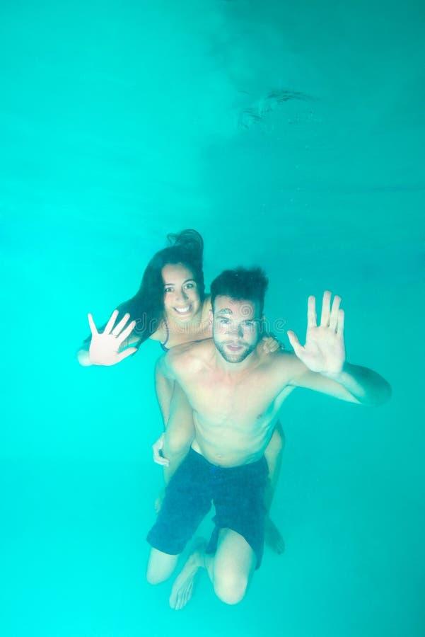 潜水的夫妇在水面下 库存图片
