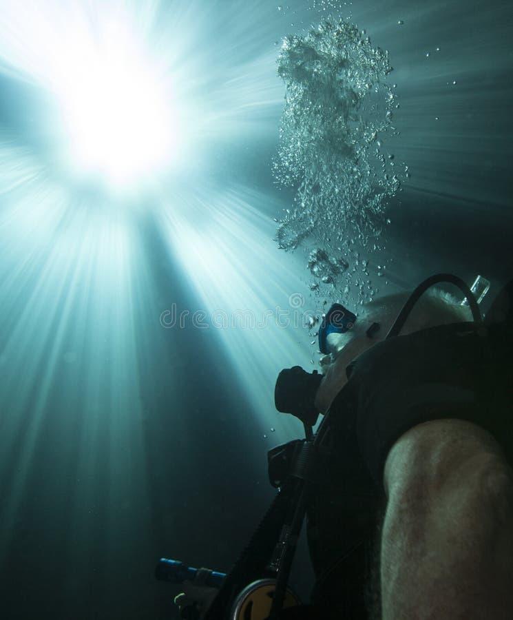 潜水者表面化-到光里 图库摄影