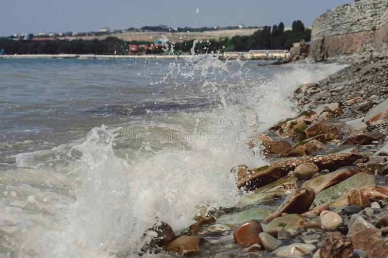 潮汐的打扰 波浪打反对石头 库存照片