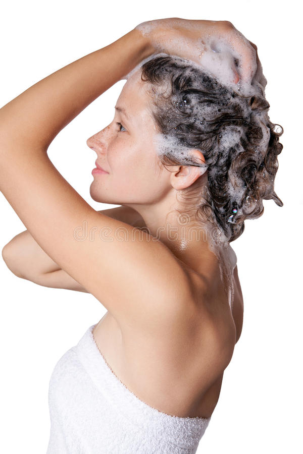 洗澡和shampooing她的头发的美丽的妇女 有香波的洗涤的头发 库存图片