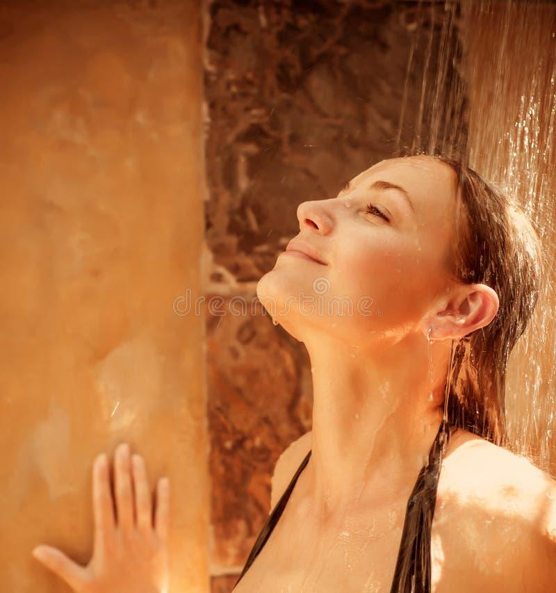 洗澡的俏丽的妇女 库存图片