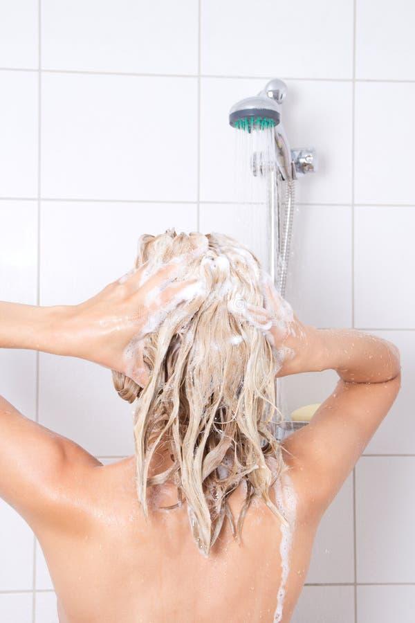 洗澡的年轻俏丽的妇女 免版税图库摄影