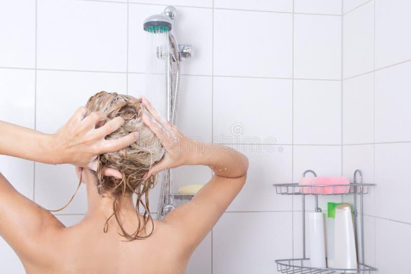 洗澡的年轻可爱的blondie妇女 免版税库存图片