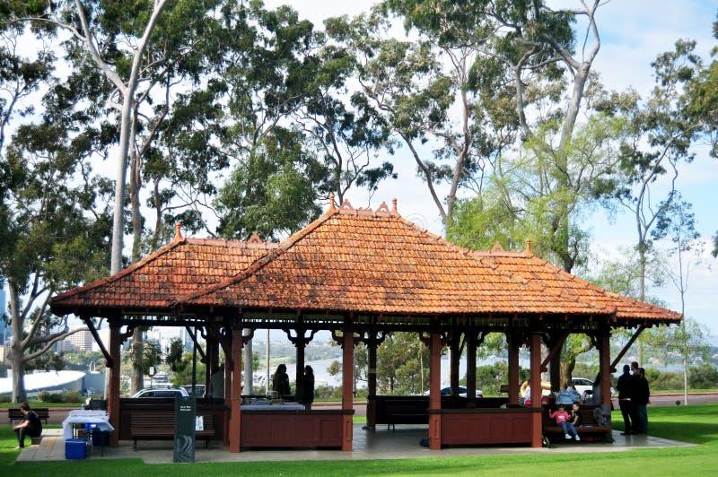 澳大利亚人民在珀斯,澳大利亚坐放松和在植物园国王的Park和野餐 免版税库存照片