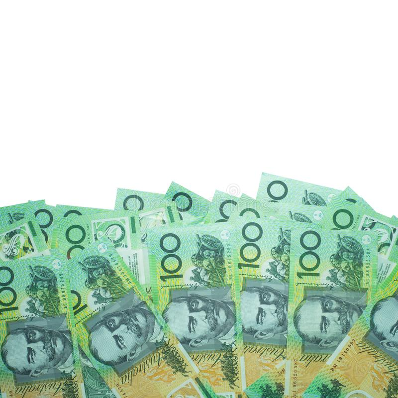 澳大利亚元,澳大利亚金钱100美元在白色背景的钞票堆与裁减路线 库存照片