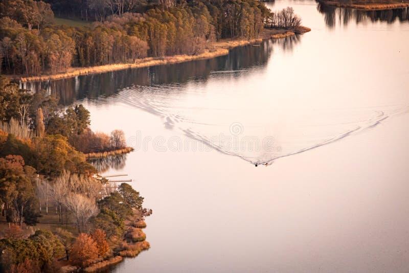 澳大利亚堪培拉伯利格里芬日落湖划船 库存照片